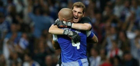 Casillas celebra el triunfo con Maicon (EFE).