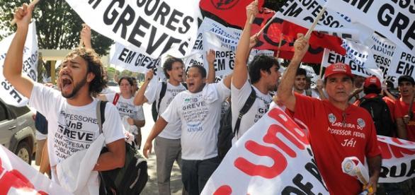 Manifestantes vão as ruas em apoio a greve