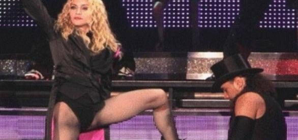 Madonna obrigou bailarino beijar seus pés