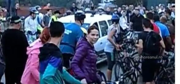 un șofer vrea să treacă peste bicicliști