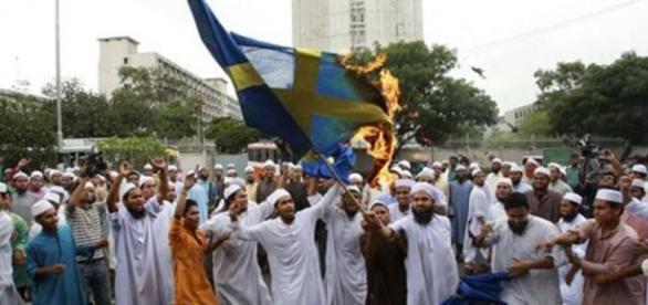 Wściekli muzułmanie palą flagę Szwecji.