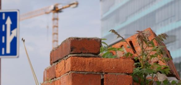 W Polsce nie brak tak ruin, jak i nowych budów.