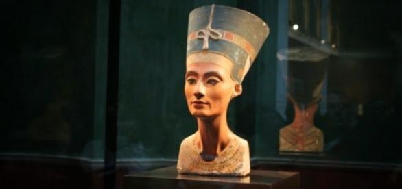 Busto de Nefertiti em exposição no museu do Cairo