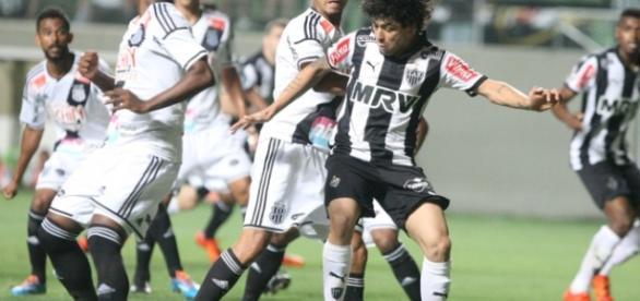 Luan faz gol no jogo contra a Ponte Preta.