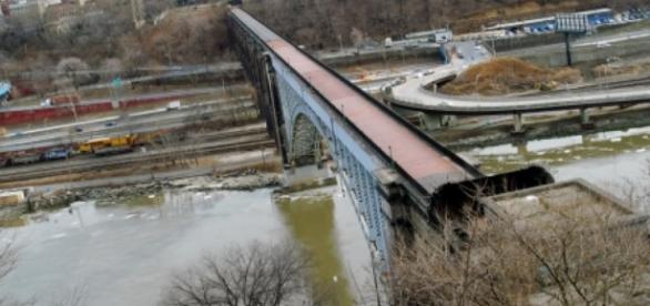 Jessica acabou caindo de uma ponte.