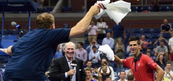 Djokovic brinca depois da vitória contra Maurer