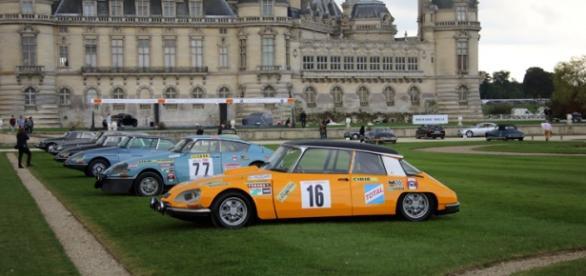 DS à carrosseries spéciales devant le château