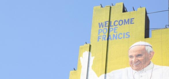 Mural que le da la bienvenida al Papa