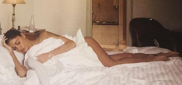 Belen Rodriguez a letto in una foto su Instagram