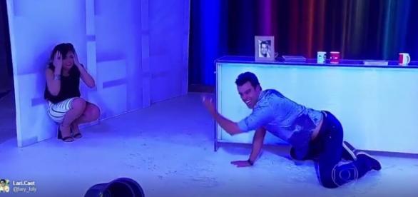 Monica Iozzi joga balde de água em Joaquim Lopes