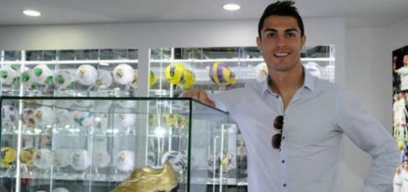 Cristiano Ronaldo ganha milhões nas redes sociais.