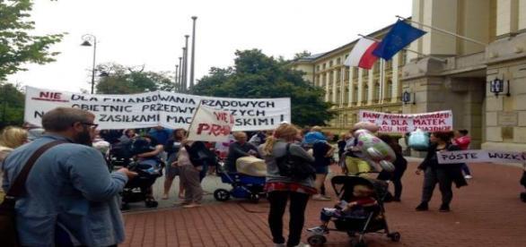Strajk pustych wózków przed KPRM