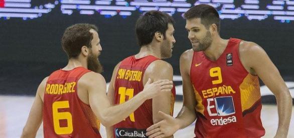 Los jugadores de España celebran su victoria.
