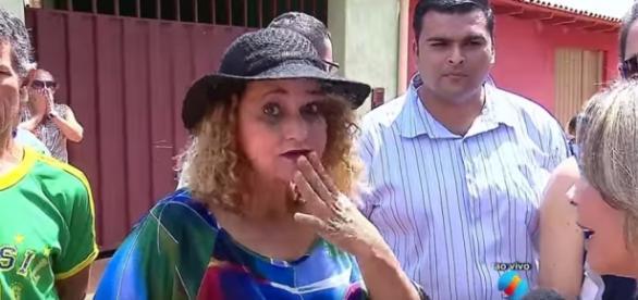 Mulher manda beijo para a Record ao vivo no SBT