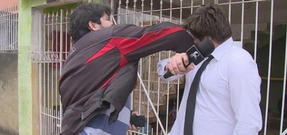 Repórter do CQC leva soco na cara