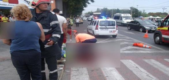 Un politist si un tanar au fost loviti pe trecere