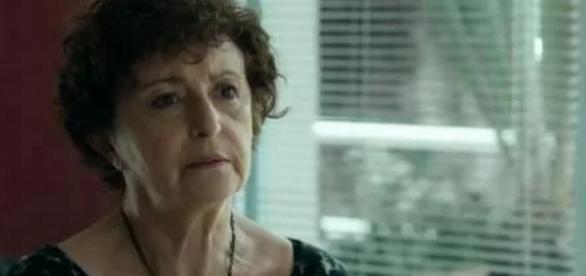 Hilda não contará para Carolina sobre doença