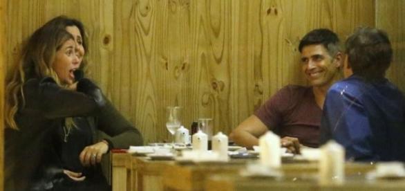 Os atores jantaram com amigos no Rio