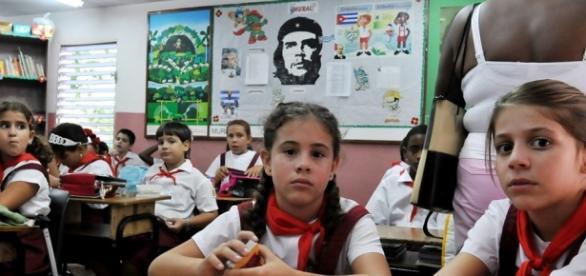 Crianças em escola na ilha de Cuba.
