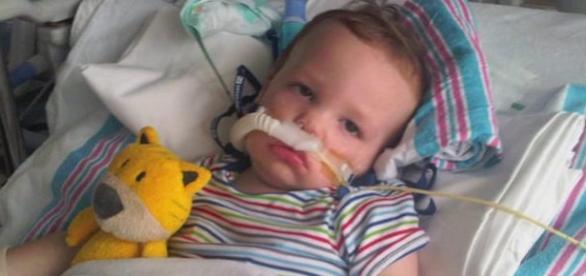 Micuţul Arturo imobilizat la pat de crunta boală