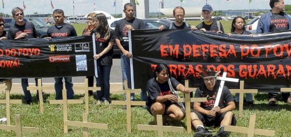 Manifestantes protestam em defesa dos índios.