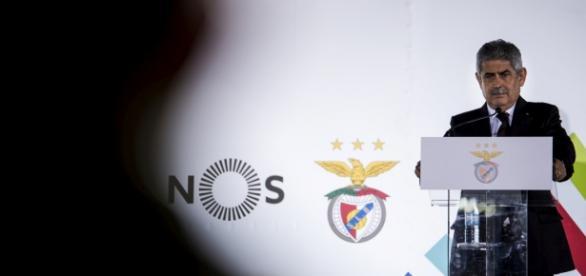 Foto do jornal Público da apresentação do negócio