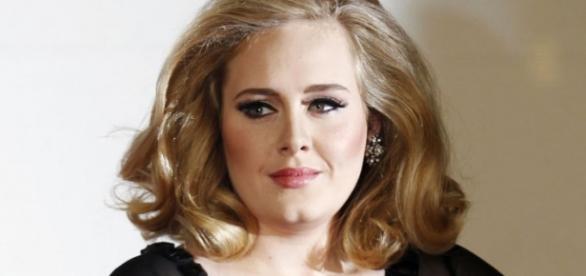 Adele aparece como nunca ninguém a viu
