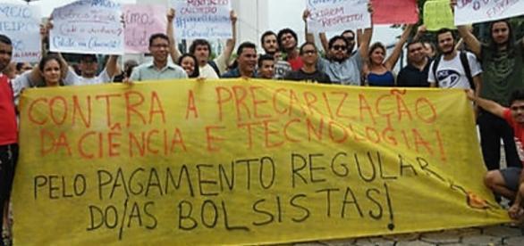Bolsistas fizeram manifestação na sede do governo