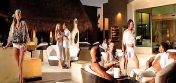 CONJUNTOS HOTELEROS PARA PAREJAS LIBERALES