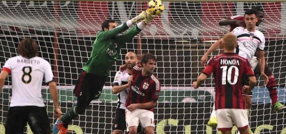 Diego López, despeja un balón en un partido