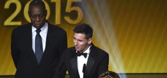 Messi recibe el Balón de oro por quinta vez