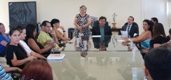 Um conselho tem governo e sociedade civil na mesa.