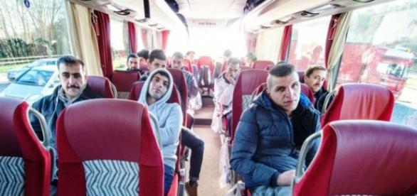Imigranci w drodze do Berlina (PAP/ARMIN WEIGEL)
