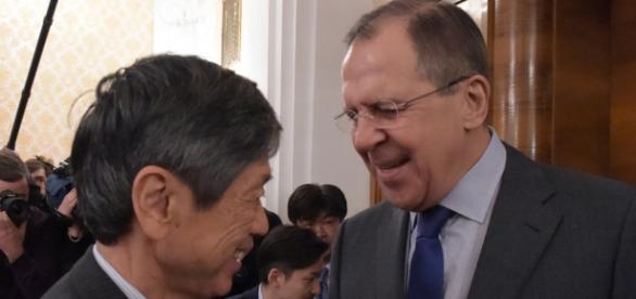 Serguei Lavrov e Masahiko Komura se reunem