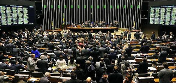 Deputados gastaram 10x mais que senadores