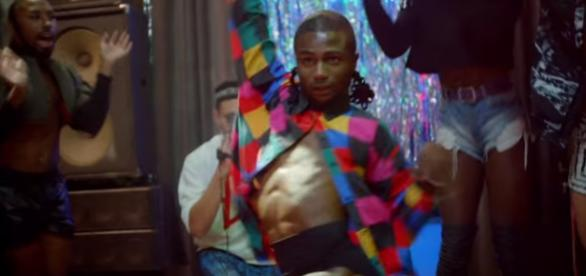 Homem com roupas femininas aparece em comercial