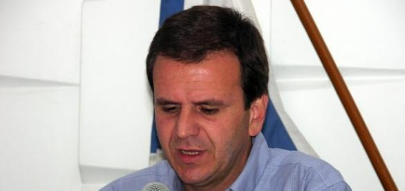 Prefeito Eduardo Paes pune empresa por atraso