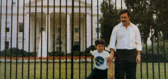 Pablo Escobar e seu filho em frente a Casa Branca