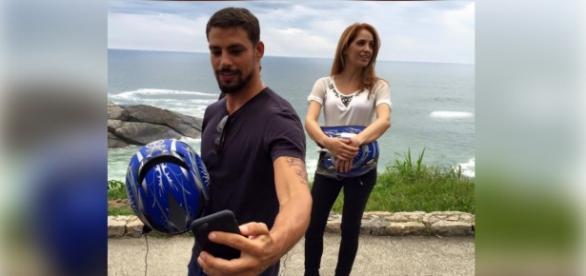 Cauã Reymond passeia de moto com Poliana Abritta