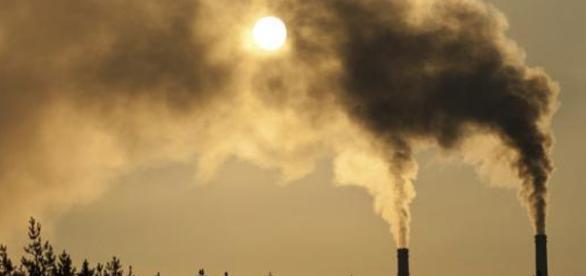 Chimeneas echando polución a la atmósfera.