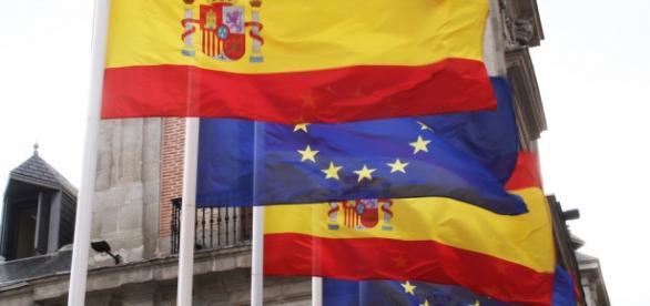 Bandera española junto a la de la Unión Europea