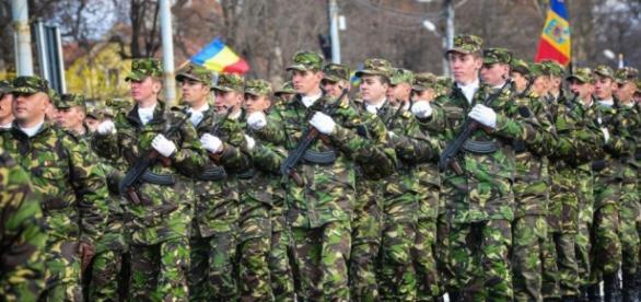 Militari români în timpul unei parade