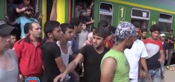 Imigranci niezadowoleni z wody od policji, YouTube