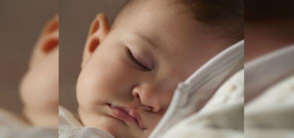 Bebé durmiendo en un calurosa noche de verano