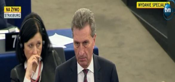 Guenther Oettinger podczas debaty PE (TVN24 scrn)