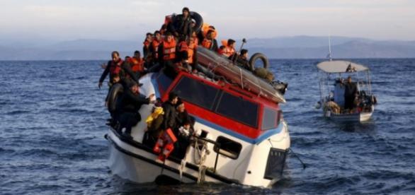 Refugiados sendo resgatados da costa da Grécia