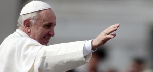 Senzatetto neo-mamma viene ospitata dal papa