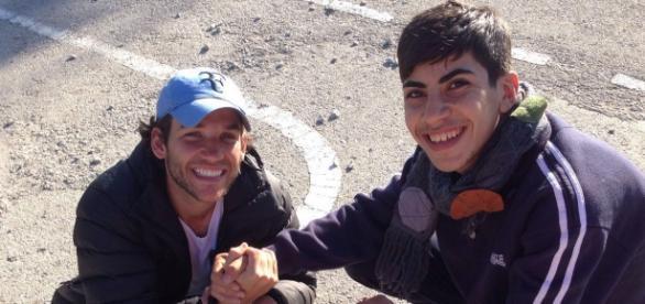 Edgard (esquerda) e um refugiado sírio