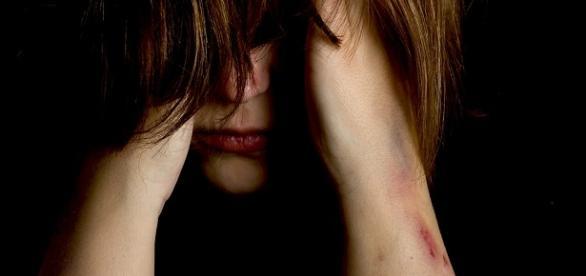 Imagem de uma mulher violentada