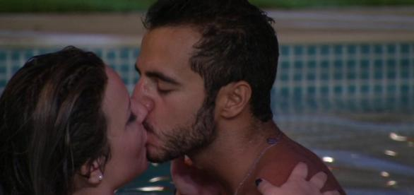 Matheus e Maria Claudia se beijam durante festa